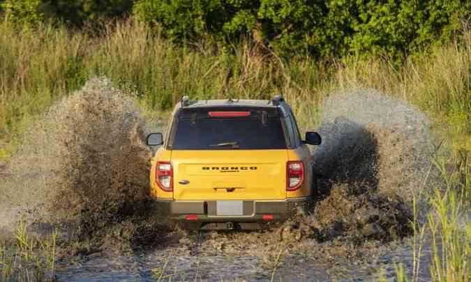 Usando pneus com 35 polegadas de diâmetro, a capacidade de transpor terrenos alagados é de 85 centímetros(foto: Ford/Divulgação)