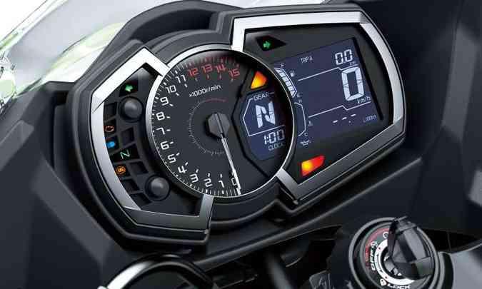 O painel ficou mais completo e tem o conta-giros analógico em destaque(foto: Kawasaki/Divulgação)