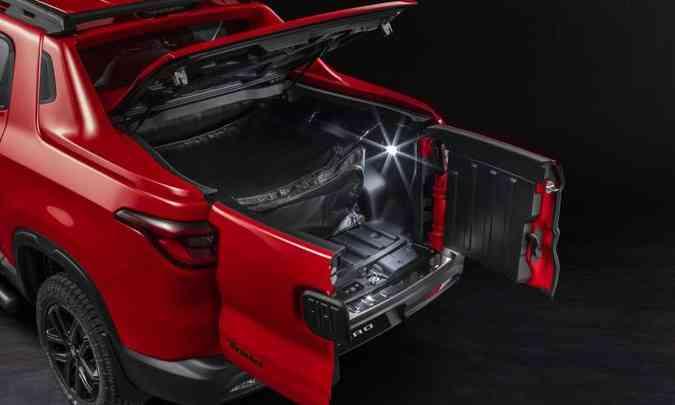A tampa traseira em duas partes foi mantida e a versão Ultra tem a cobertura rígida da caçamba com tranca(foto: Fiat/Divulgação)