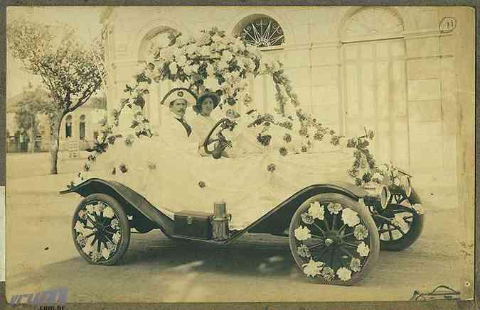 Foto mais antiga do carnaval no Museu Abílio Barreto mostra Francisco de Souza dirigindo um corso em 1914 (foto: Museu Abílio Barreto)
