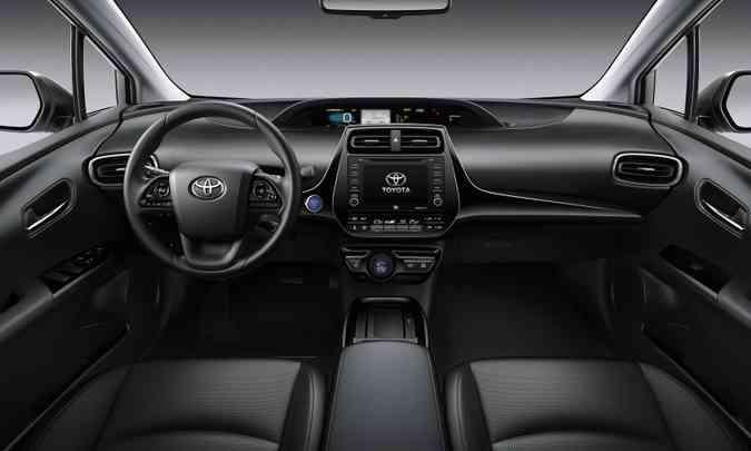 O interior agora tem acabamento todo em preto e traz nova central multimídia(foto: Toyota/Divulgação)
