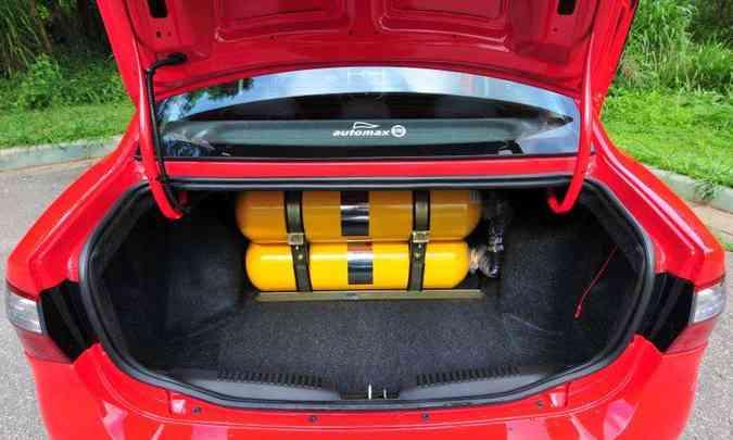 No porta-malas, os dois cilindros de 7,5m³ cada roubam espaço, mas proporcionam autonomia média de 200 quilômetros(foto: Gladyston Rodrigues/EM/D.A Press)
