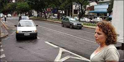 Jane Monteiro mostra as faixas, que deixam de ser pontilhadas, perto das interseções - Jorge Gontijo/EM - 1/12/06