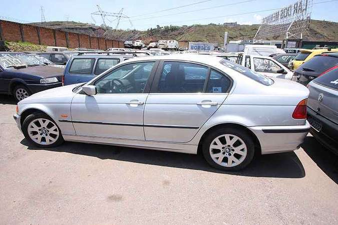 BMW 323i 1999/2000 pode ser sua com o lance inicial de R$ 7 mil(foto: Edésio Ferreira/EM/D.A Press)