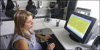 Na sala de monitoramento da Telecom Track, Alessandra de Oliveira observa a movimentação do veículo e recebe aviso, em caso de emergência - Fotos: Jair Amaral/EM - 16/1/07