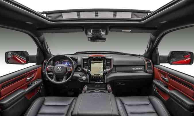 O interior tem acabamento sofisticado e o sistema multimídia tem tela tátil de 12 polegadas(foto: FCA/Divulgação)