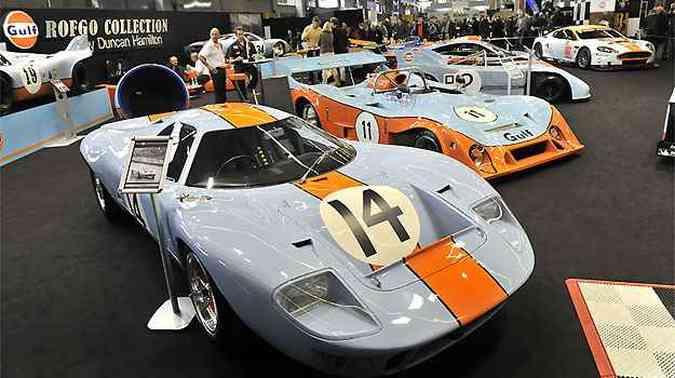 Um estande reúne os bólidos pintados com as cores da Gulf, como o GT40, de 1967(foto: Fotos: Rétromobile/Divulgação)