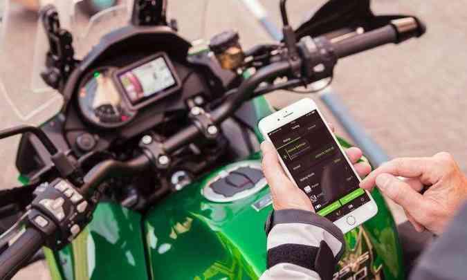 O painel com tela TFT pode ser sincronizado com o celular(foto: Kawasaki/Divulgação)