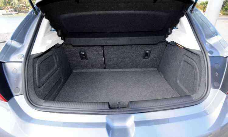 Com 290 litros, o porta-malas do hatch é o menor em relação aos concorrentes - Beto Novaes/EM/D.A Press