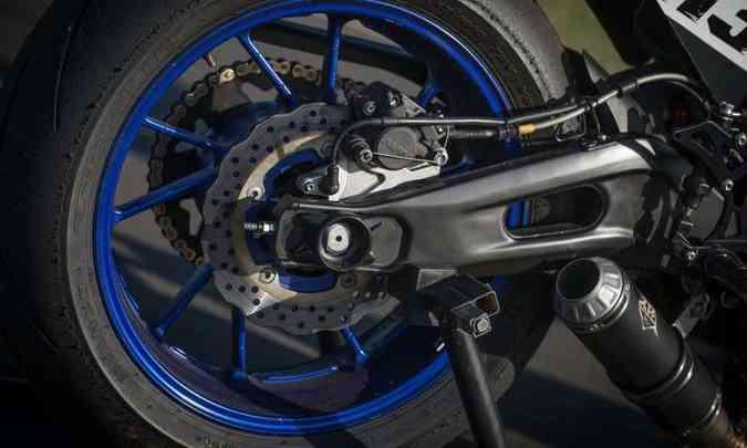 As rodas, calçadas com pneus de competição, são da R1M(foto: Gustavo Epifânio/Yamaha/Divulgação)