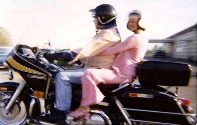 Elvis e Tori Petty em Memphi, com sua Harley-Davidson FLH 1200 1976. Foto: Reprodução/ Internet