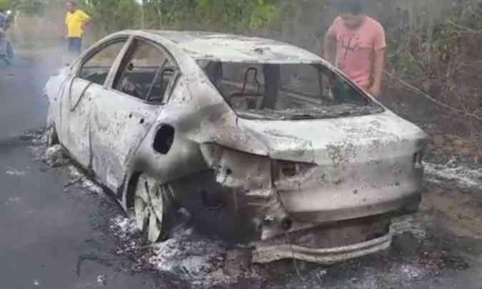 O proprietário do sedã no Maranhão só teve tempo de retirar os pertences de dentro do carro e ver o fogo destruí-lo(foto: Reprodução da Internet)