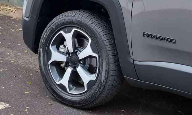 Rodas de liga leve de 17 polegadas calçam pneus de uso misto(foto: Pedro Cerqueira/EM/D.A Press)