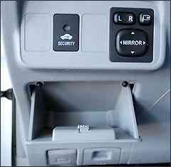 Pequeno porta-malas sob o painel e regulagens de retrovisores -