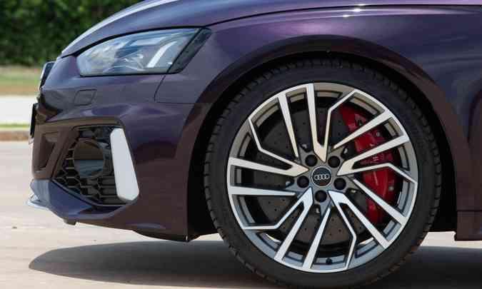 As rodas de alumínio são de 20 polegadas com os discos de cerâmica de R$ 60 mil o jogo(foto: Audi/Divulgação)