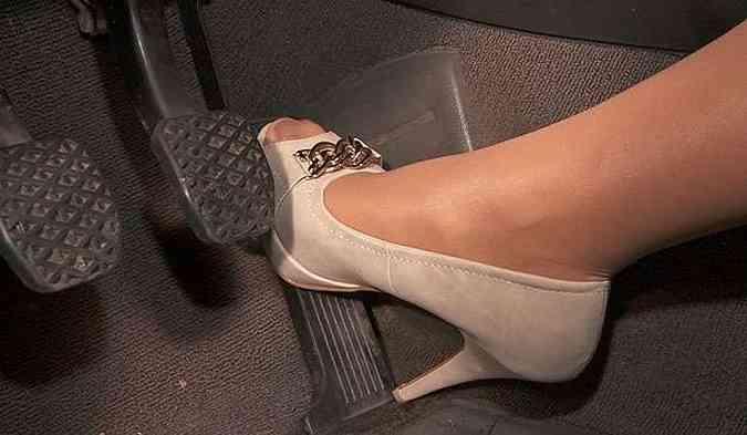 Devo acelerar fundo ao ligar o carro ou desligá-lo?(foto: http://pedalpumpinggirls.com/Reprodução da Internet)