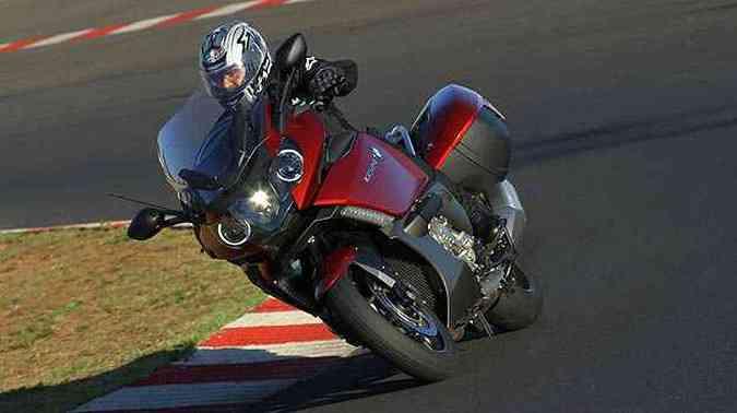 Nas curvas, o facho do farol ilumina a parte interna, eliminando pontos cegos(foto: BMW/Divulgacao )