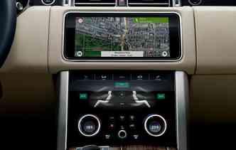 Versão 2018 do SUV recebeu o sistema de entretenimento Touch Pro Duo. Foto: Jaguar Land Rover / Divulgação