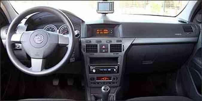 Interior apresenta acabamento de boa qualidade, mas GPS fica preso no pára-brisa(foto: Fotos: Marlos Ney Vidal/EM - 10/10/07)