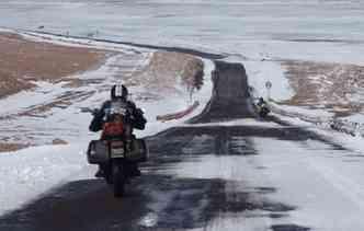 Pegar a estrada sob duas rodas requer EPIs e experiência. Foto: Tacio Ulisses / Divulgação
