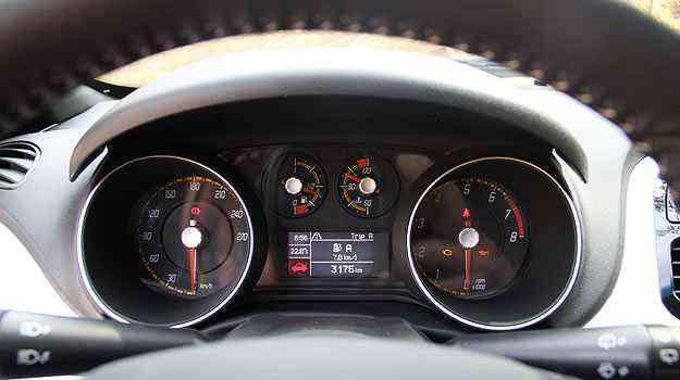 Fiat Punto T-Jet: Quadro de instrumentos tem fundo preto - Marlos Ney Vidal/EM/D.A Press