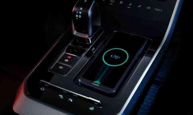 O console central traz alavanca de câmbio em estilo joystick, comandos do ar-condicionado digital e um touchpad(foto: Chery/Divulgação)