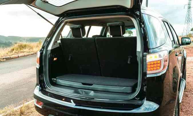 Com a terceira fileira de bancos montada, a GM declara 205 litros de volume no porta-malas, que tem um compartimento com tampa logo na entrada(foto: Jorge Lopes/EM/D.A Press)