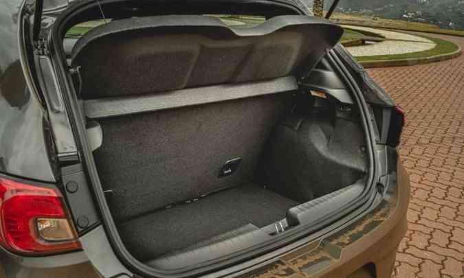 O porta-malas do hatch compacto tem 300 litros de capacidade e não é dos maiores(foto: Fotos: Jorge Lopes/EM/D.A Press)