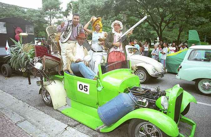 Carnaval 2005: Desfile de corso carnavalesco com carros antigos (foto: Beto Magalhães/Estado de Minas - 30/01/2005 )