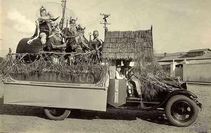 Desfile de carros alegóricos em Belo Horizonte nos anos 1920(foto: Igino Bonfioli/EM)