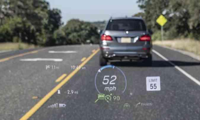 O Head-up Display projeta no para-brisa algumas informações para o motorista não desviar a atenção da estrada(foto: Mercedes-Benz/Divulgação)