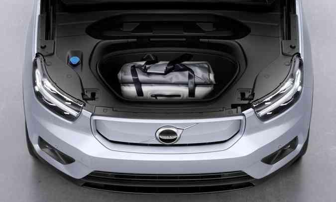 Na frente, onde seria o cofre do motor a propulsão, existe outro compartimento para carga(foto: Fábio Aro/Volvo/Divulgação)