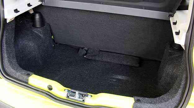 Assim como em outros hatches, o espaço no porta-malas é limitado - Marlos Ney Vidal/EM/D. A Press