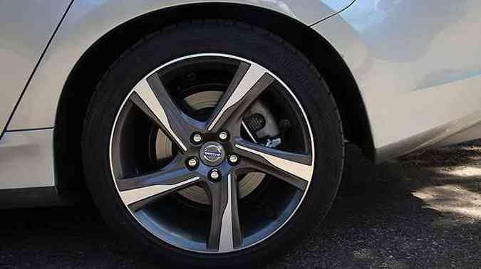 V60 tem detalhes esportivos como as rodas aro 18 polegadas(foto: Marlos Ney Vidal/EM/D.A Press)