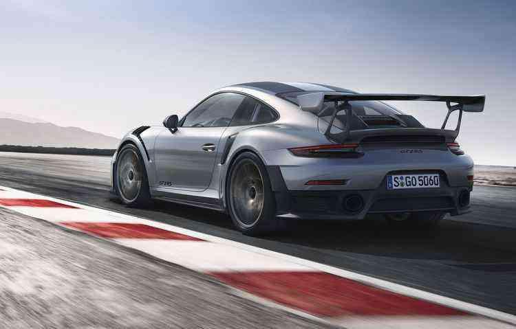 Porsche inovou no sistema de escape do veículo, que agora é de titânio - Porsche / Divulgação