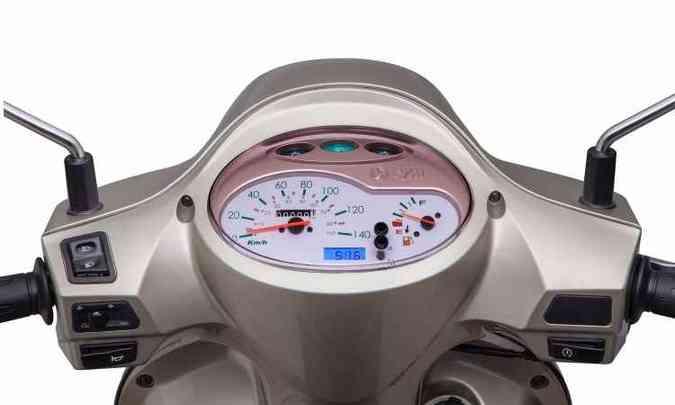 Painel com fundo branco igualmente acompanha o estilo retrô, equipado com velocímetro, marcador de nível de combustível e relógio de horas digital(foto: Mario Villaescusa/Dafra/Divulgação)
