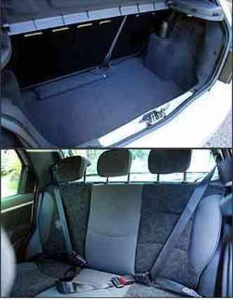 Porta-malas tem boa capacidade para um carro desse segmento. Ponto positivo para os três apoios de cabeça no banco traseiro