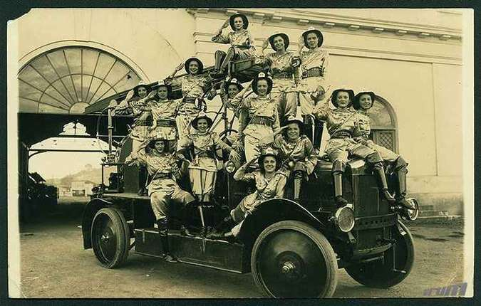 Bloco das Pequenas, no Carnaval de 1935, com as moças fardadas de bombeiro(foto: Museu Abílio Barreto)