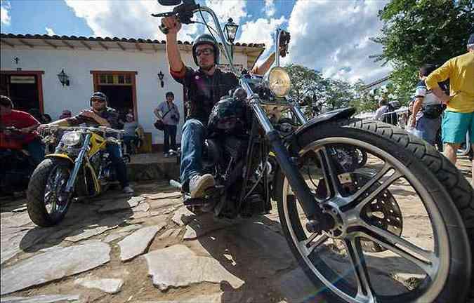 Com o piso irregular, as motos ficam estacionadas e o público é quem desfila(foto: Beni Jr/Bikefest/Divulgação)