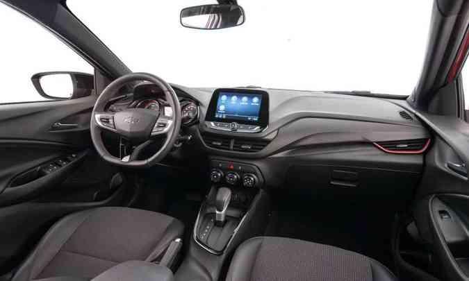 O interior tem o acabamento todo escurecido, com detalhes em vermelho nos bancos e no painel(foto: Chevrolet/Divulgação)