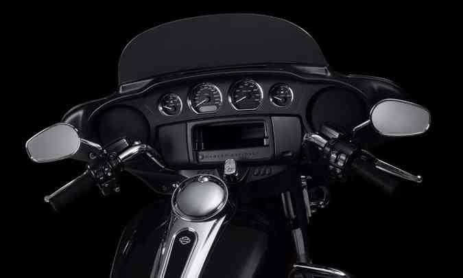 O painel tem instrumentos arredondados, mas, no lugar da tela digital, porta-luvas(foto: Harley-Davidson/Divulgação)