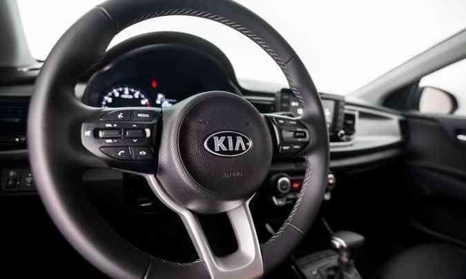 O volante tem apenas ajuste de altura, mas traz comandos para o áudio e celular(foto: Kia/Divulgação)