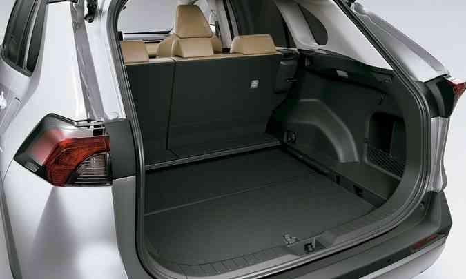 O porta-malas é um dos maiores do segmento, com 580 litros de capacidade(foto: Toyota/Divulgação)