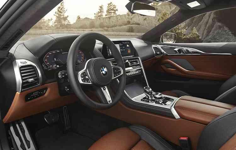 Interior conta com duas telas de alta resolução. Foto: BMW / Divulgação -