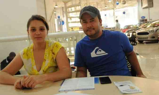 A professora Mariana Fonseca, com o namorado Juliano Vieira, compra Ka, na Forlan Pampulha, depois de comparar com outros modelos(foto: Cristina Horta/EM/D.A Press )
