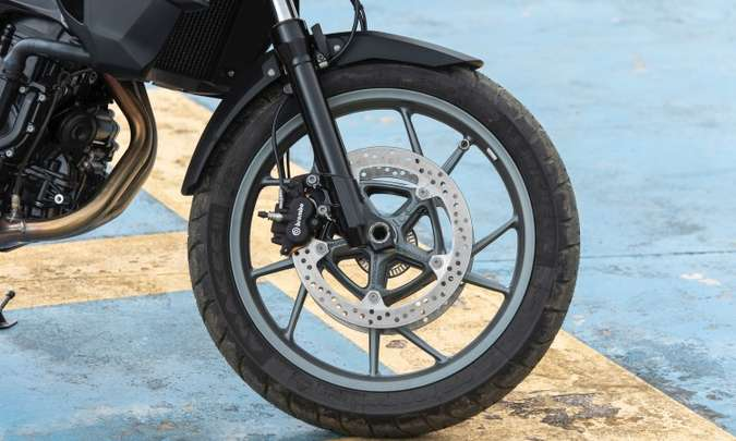 As rodas da F 750 são de liga leve com aro de 19 polegadas na dianteira(foto: BMW/Divulgação)