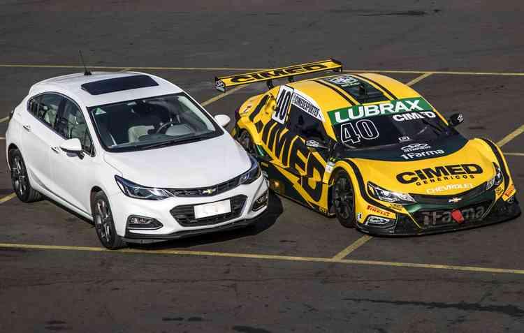 Chevrolet Cruze original e a sua versão estilizada que da forma a todos os bólidos da Stock Car. Foto: Bruno Terena/RF1 -