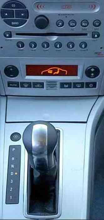 Câmbio automático de quatro marchas tem opção de modo esportivo, que faz com que as mudanças de marchas ocorram em rotações elevadas, deixando o carro um pouco mais esperto. Porém, o consumo e nível de ruídos aumentam. Já o ar-condicionao é digital(foto: Marlos Ney Vidal/EM - 21/9/06)