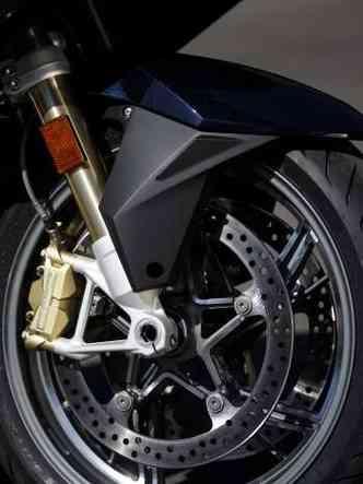 Na roda dianteira, duplo freio a disco de 320mm e pinça de quatro pistãos(foto: BMW/Divulgação)