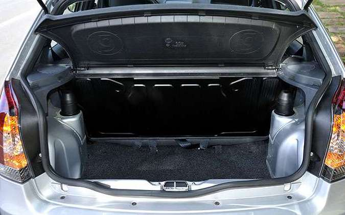 Porta-malas acomoda o estepe e tem capacidade compatível com a de um hatch compacto(foto: Juarez Rodrigues/EM/D.A Press)